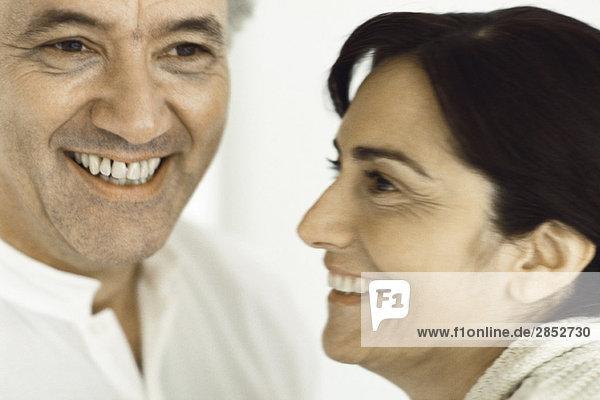 Reife Paare zusammen  lächelnd