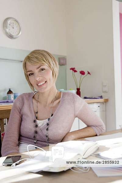 Frau in der Küche lächelt den Betrachter an