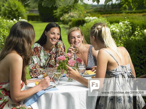Freundinnen beim Mittagessen im Freien