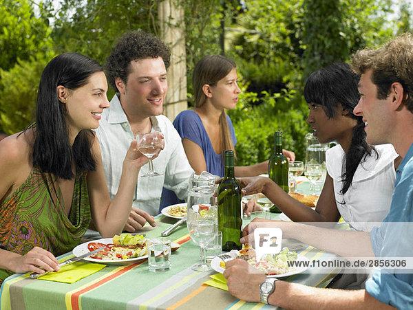 Freunde beim Mittagessen im Garten