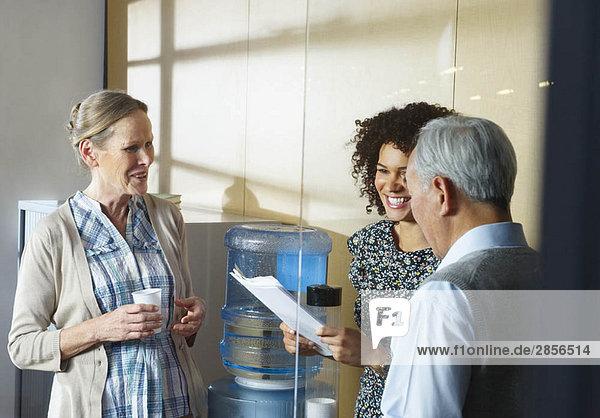 Beiläufige Besprechung mit Büro-Wasserkühler