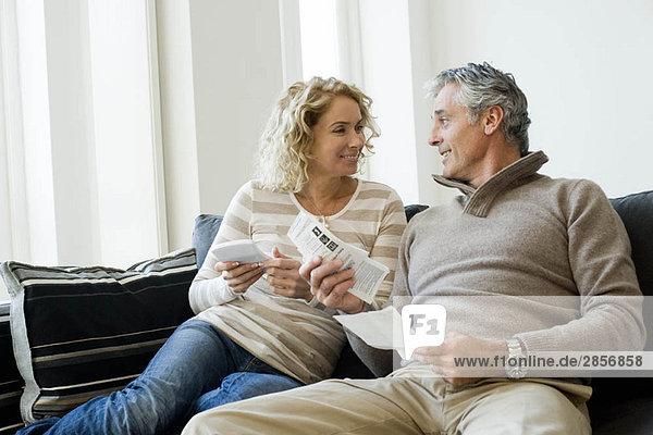 Mann und Frau bei der Arbeit zu Hause