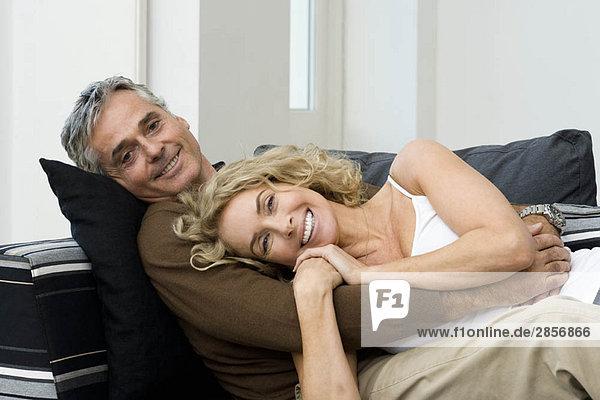 Mann und Frau auf dem Sofa