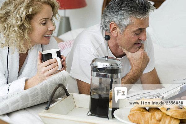 Mann und Frau beim Frühstücken