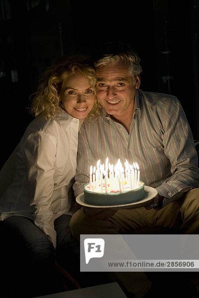 Mann und Frau mit Kuchen