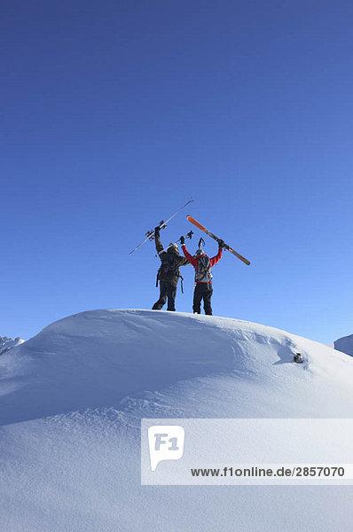 Skifahrer auf dem Gipfel des Berges