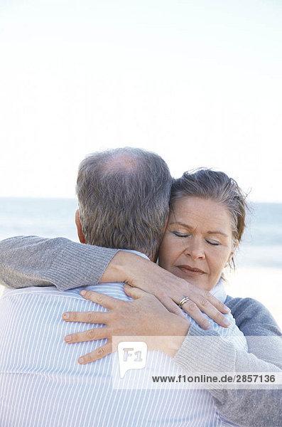 Reife Paare  die sich umarmen.