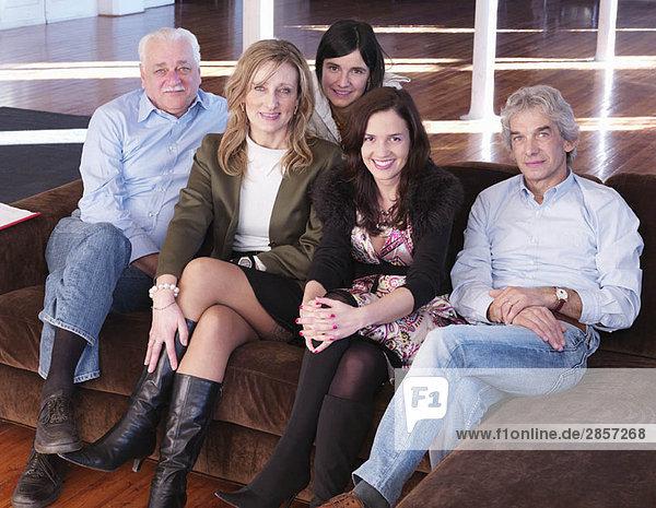 Gruppe von Freunden auf dem Sofa sitzend