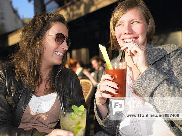 Frauen auf der Terrasse des Cafés