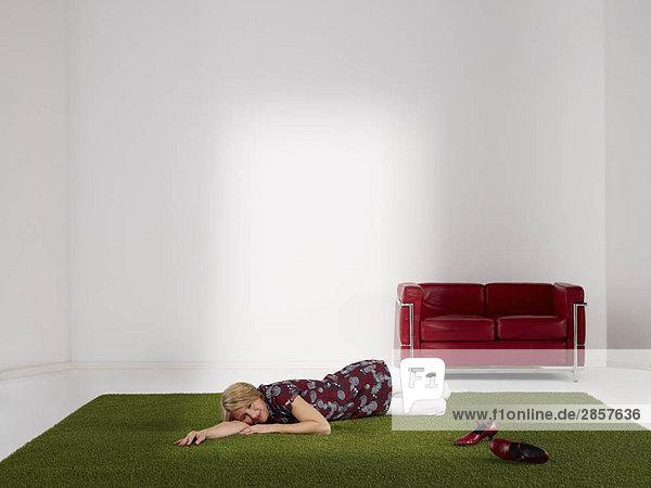 Frau entspannt sich auf Rasen