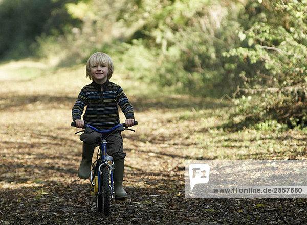 Junge auf dem Fahrrad in der Natur