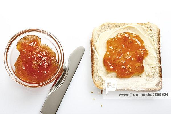 Frühstück  Scheibe Toast mit Butter und Orangenmarmelade  erhöhte Aussicht