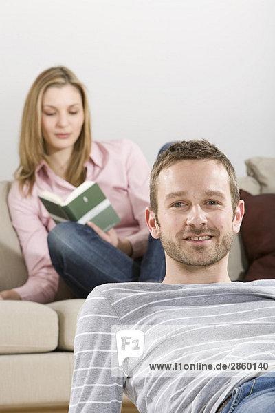 Junges Paar entspannt zu Hause