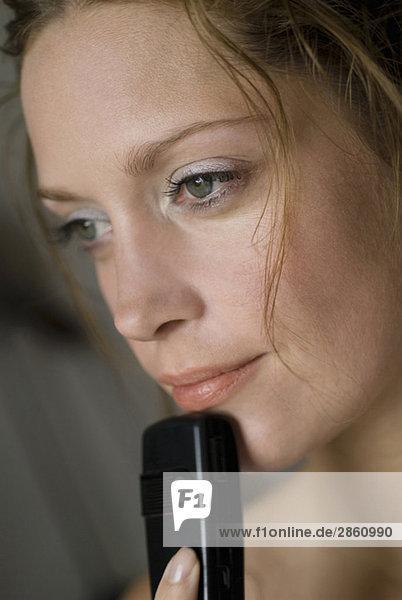 Junge Frau mit Handy  Nahaufnahme