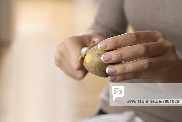 Person  die Kartoffeln schält  Nahaufnahme