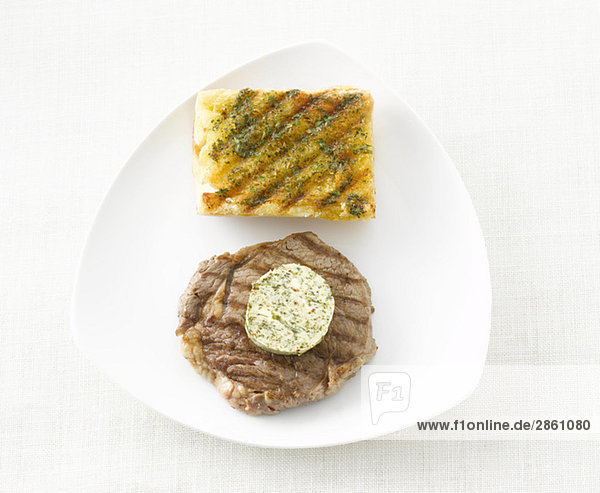 Steak  Kräuterbutter und Baguettebrot  erhöhte Ansicht