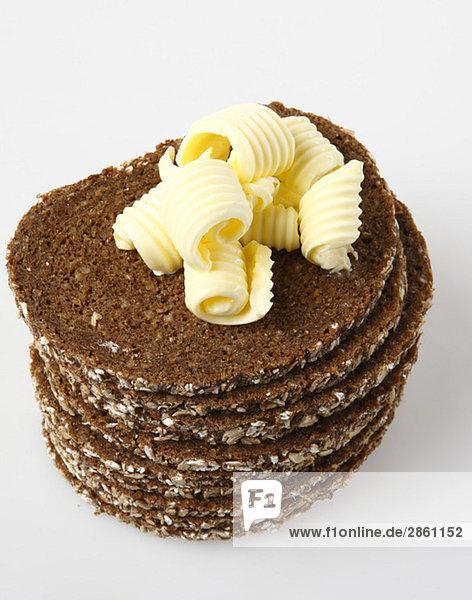 Gestapelte Scheiben Schwarzbrot mit Butter  erhöhte Ansicht