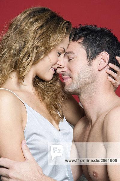 Junges Paar umarmt  Nahaufnahme