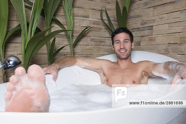 mann in der badewanne liegend nhf01074 westend61 lizenzfreies bild f1online 2861686. Black Bedroom Furniture Sets. Home Design Ideas