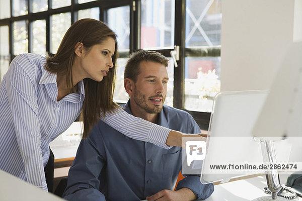 Geschäftsleute im Büro mit dem Computer