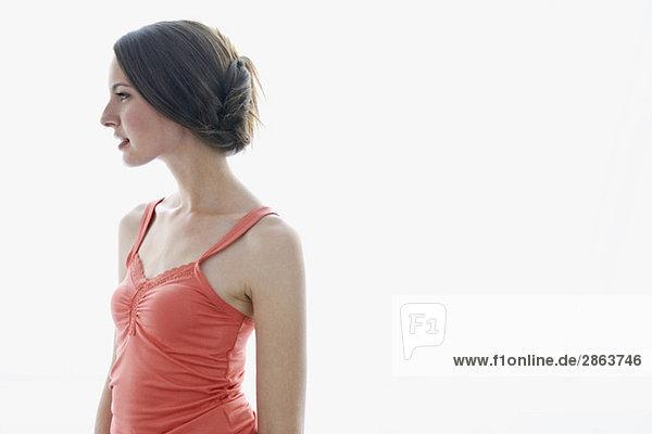 Junge Frau im orangenen Unterhemd