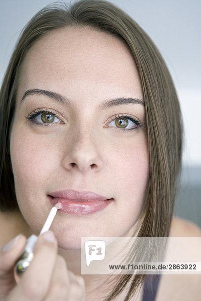 Junge Frau mit Lippenstift  Portrait  Nahaufnahme  Mund