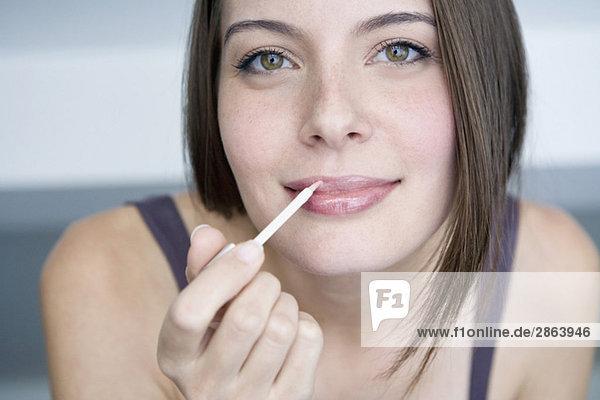 Junge Frau mit Lippenstift  Portrait  Nahaufnahme