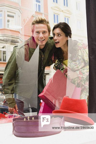 Deutschland  München  Paar Schaufensterbummel  lächelnd