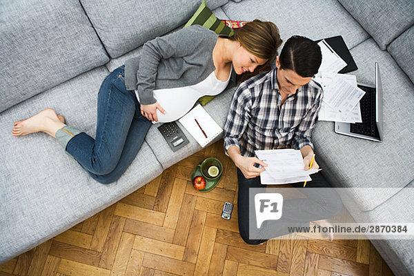 Frau Mann Diskussion Finanzen Wohnhaus Schwangerschaft