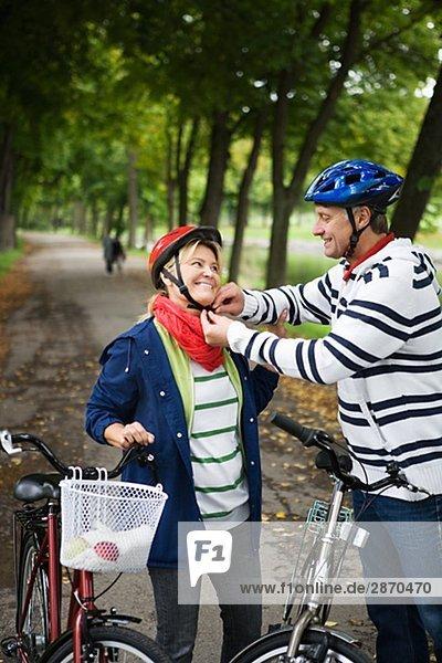 Ein paar einander Befestigung einen Zyklus Helm Schweden helfen.