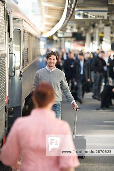 Ein paar auf der Bahnhof Stockholm Schweden.