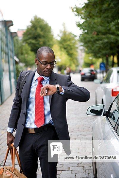 Geschäftsmann tragen Tasche
