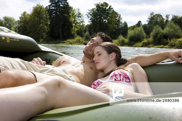 junges paar dösen auf Gummi Boot von river