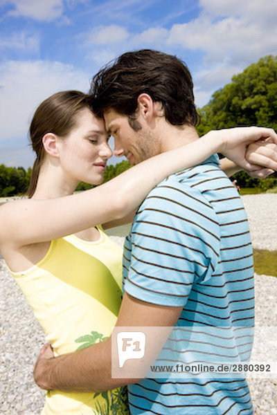 Porträt jungen Paares in zarten Umarmung Außenaufnahme