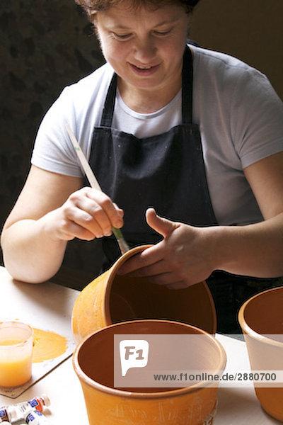 Frau Malerei Jar in Werkstatt