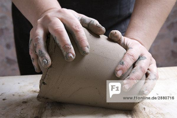 Detail der Potter bilden Stück Ton
