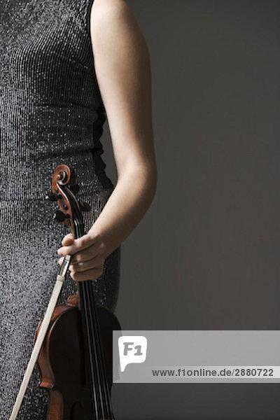 Detail der weiblichen machen hält Instrument und Bogen Detail der weiblichen machen hält Instrument und Bogen