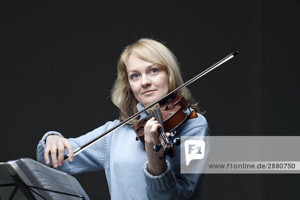 Portrait blond Frau Violine