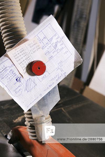 Stilleben Papier mit Notes auf Buzz sah in workshop
