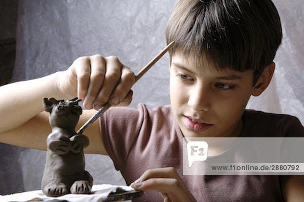 junge bilden kleine Skulptur von clay junge bilden kleine Skulptur von clay