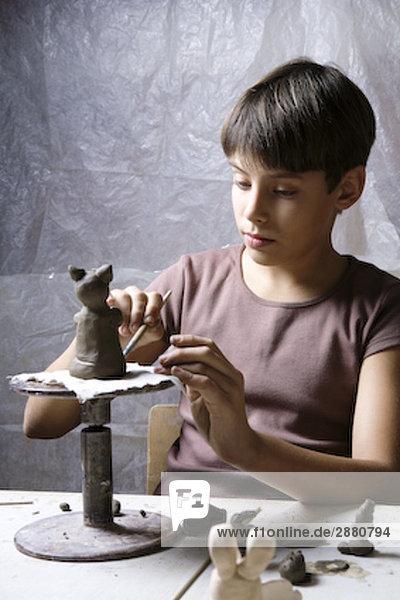 junge bilden kleine Skulptur von clay