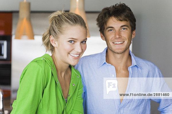 Porträt eines Paares in der Küche und Lächeln