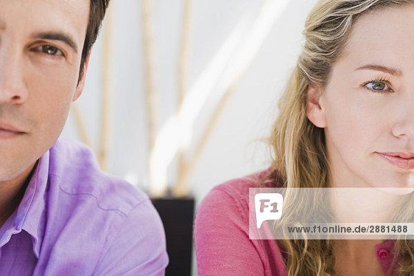 Nahaufnahme eines Paares  das sich gegenseitig ignoriert