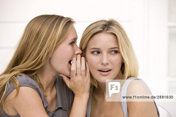 Nahaufnahme von zwei Frauen beim Klatschen