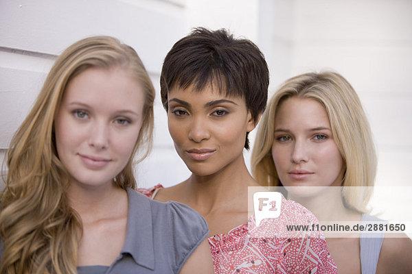 Porträt von drei posierenden Frauen