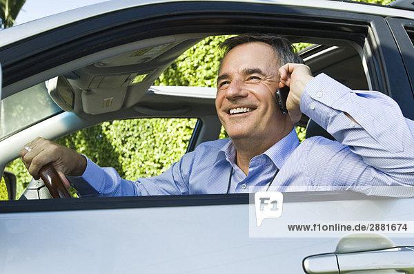 Mann im Auto und Gespräch auf dem Handy