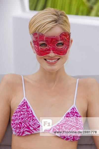 Frau mit Augenmaske