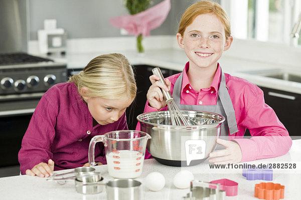 Zwei Mädchen beim Kochen in der Küche