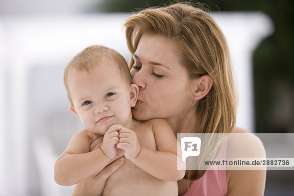 Frau küsst ihre Tochter