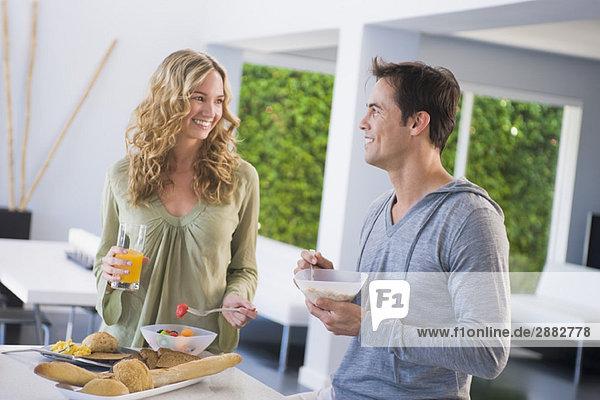 Paar am Frühstückstisch